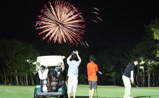 フェアウエーで打ち上げられた花火を見るゴルファー(宮崎市)