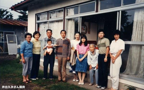 自宅を訪れた両陛下と黒田清子さん(当時紀宮)と記念撮影する井出久次さん(左から3人目)=1988年8月31日、長野県軽井沢町の大日向地区、提供写真