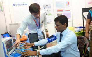 JETROは健康診断のデモを通じて健診制度や日本製医療機器の輸出を促進する(3月、スリランカのコロンボ)=JETRO提供
