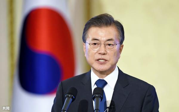 ソウルの韓国大統領府で記者会見する文在寅大統領=17日(共同)