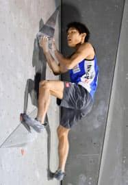 ボルダリングW杯最終戦、男子決勝で2位に入った楢崎智亜(19日、ミュンヘン)=共同