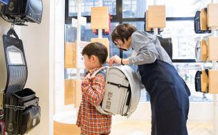 高価格帯のランドセルの販売が伸びている(セイバンの大阪心斎橋店)