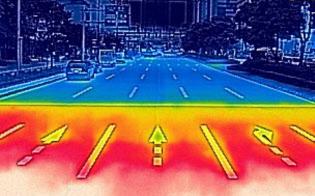 遮熱性舗装が施された道路(奥)と通常のアスファルト(東京都江東区)