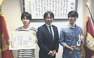 第17回学生対抗円ダービー第1位になった大分大学のチーム(左から綛本風真さん、小笠原悟教授、河野良亮さん)