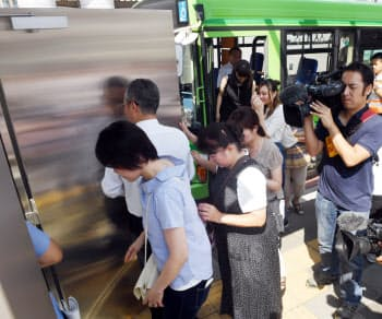 富山県高岡市で7月14日に実施された弾道ミサイルを想定した避難訓練で、バスから降りて地下に向かう参加者ら=柏原敬樹撮影
