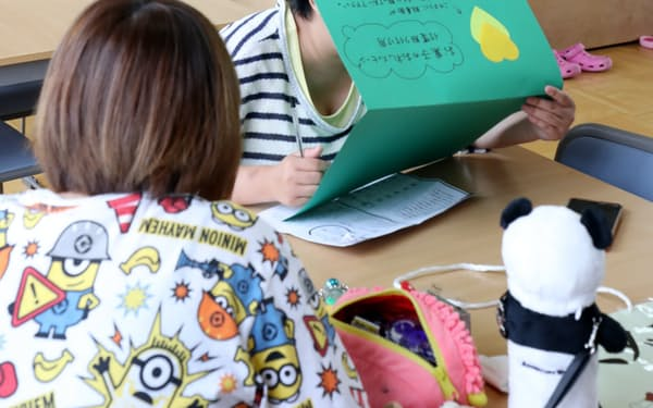 ゲームや勉強などをして過ごす子供ら(大阪府寝屋川市の「青少年の居場所・スマイル」)