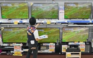 売り場に並ぶ4Kテレビ(大阪府豊中市のエディオン豊中店)