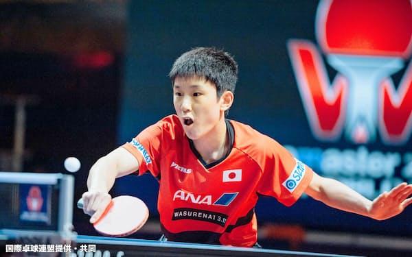 卓球のチェコ・オープンで史上最年少優勝を果たした張本智和(27日、オロモウツ)=国際卓球連盟提供・共同
