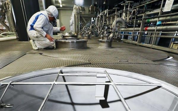 温度が管理されたタンクで発酵中の醪。担当者が目と鼻で進み具合を確かめる
