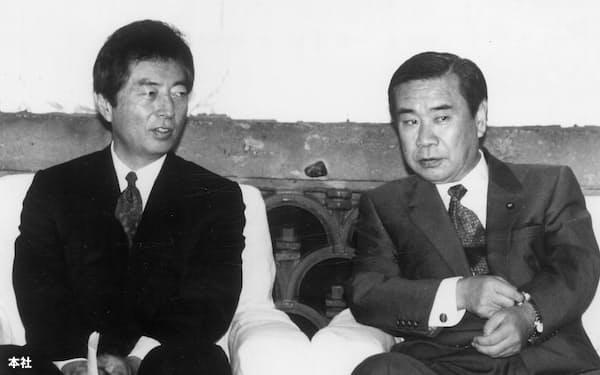 連立与党党首会談で羽田新生党党首(右)と話し合う細川首相(当時)=93年