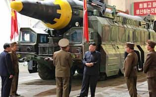 北朝鮮の労働新聞が5月15日掲載した中長距離弾道ミサイル「火星12」=共同