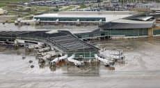 29日、閉鎖されたホビー空港(ヒューストン)=AP