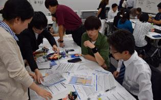 インターンシップの7割近くでグループワークが行われている(ローソンのインターンシップに参加する学生=8月17日、東京・品川)