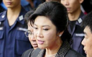 国外逃亡したとみられているインラック前首相(8月1日、バンコクの最高裁前)
