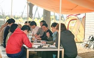 サントリー食品インターナショナルは屋外でアイデア会議を実施した(東京都昭島市)