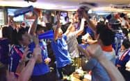 日本代表の勝利に喜ぶサポーター(31日、名古屋市中区)