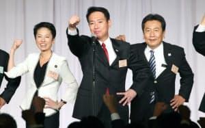 民進党大会で気勢を上げる前原新代表(中央)ら(1日午後、東京都港区)
