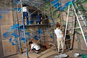 金沢美術工芸大学のチームは古民家を使った作品を制作している