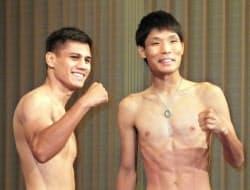 WBAスーパーバンタム級タイトルマッチの前日計量を終え、ポーズをとる久保隼(右)とダニエル・ローマン(2日、京都市)=共同
