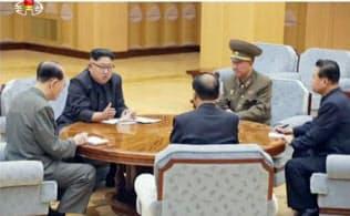 3日、朝鮮中央テレビの水爆実験に関する重大報道で放映された、政治局常務委員会の金正恩朝鮮労働党委員長(左から2人目)らの写真(共同)