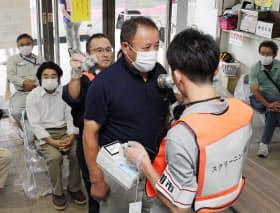 玄海原発事故を想定した訓練で放射線検査を受ける男性(4日、長崎県波佐見町)