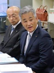 記者会見で説明する大宝運輸の小笠原忍社長(4日、名古屋市中区)