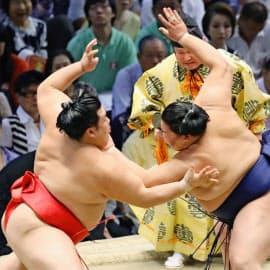 押すなら押すと、押し相撲を徹底することが大事だ=共同