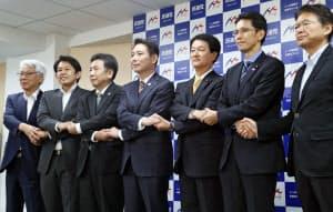 両院議員総会で承認され、手を取り合う前原代表(中)ら民進党の新執行部(5日午後、東京・永田町)