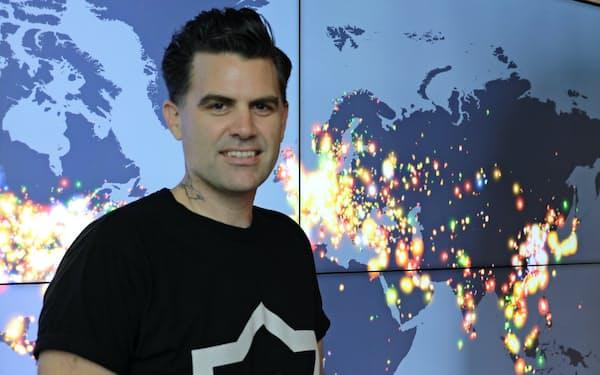 スーパーセル本社にはゲームへの参加者数を瞬時に把握する世界地図がある(ゲーム開発責任者のジョナサン・ダウアー氏)