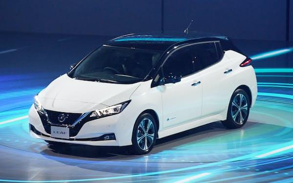 日産自動車が発表した新型電気自動車「リーフ」(6日、千葉市美浜区の幕張メッセ)