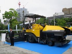 6日、下村真司社長らが新型舗装機械をお披露目した(東京・港)