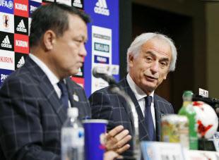 6大会連続でW杯出場を決め、1日に記者会見するハリルホジッチ監督(右)とJFAの田嶋幸三会長=共同