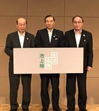 品川・大田の両区長とともに池上線の活性化プロジェクトを発表した、東急電鉄の野本弘文社長(中央、6日)