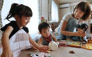 主婦「AI.T」さんは娘の渚ちゃん(左)の愛らしさで20万フォロワーを獲得(埼玉県内)