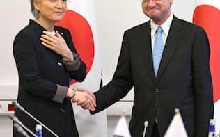 会談前、韓国の康京和外相(左)と握手する河野外相=7日、ウラジオストク(共同)
