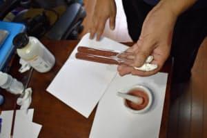 乾燥したレバーの粉末と鉄、アルカリなどを混ぜたところ