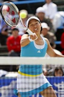 伊達のプレーは女子テニスの魅力を体現していた(08年4月、12年ぶりの現役復帰戦)=共同