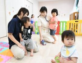 介護施設に併設された託児所。看護師の渡辺美保子さん(中)は休憩中に預けた子どもとふれあう(8日、東京都杉並区のツクイ・サンシャイン杉並)=柏原敬樹撮影