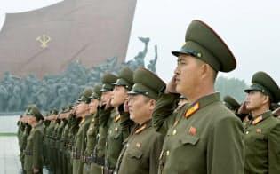 北朝鮮の建国69周年の記念日を迎え、平壌にある「万寿台の丘」で敬礼する兵士たち(9日)=共同