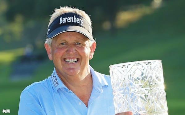 米シニアゴルフのチャンピオンズツアー・JAL選手権で優勝し、カップを手に笑顔のコリン・モンゴメリー(10日、成田GC)=共同