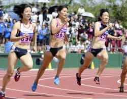 女子200メートル決勝 23秒81で優勝した中村水月=中央(10日、福井県営陸上競技場)=共同