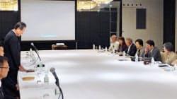 説明会で発言する中日本高速道路の宮池克人社長(左)=10日、名古屋市西区(共同)