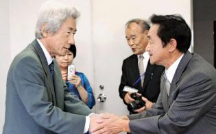小泉元首相(左)は引退後、選挙や政局には距離を置いてきた(8日、北朝鮮による拉致被害者と面会した福井県小浜市で)=共同