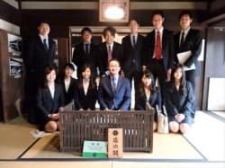 創業家の伊藤豊氏(前列右から3人目)を囲む伊藤忠の新入社員