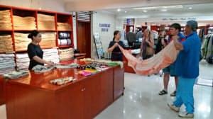 カシミヤ製品の品質向上にも高専卒業者の貢献が期待される(ウランバートル市内の店舗)