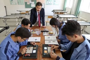 電子回路の設計について学ぶ生徒たち(モンゴル工業技術大付属高専)
