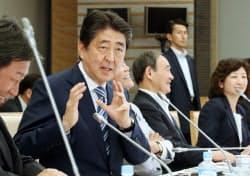 「人生100年時代構想会議」の初会合であいさつする安倍首相(11日、首相官邸)