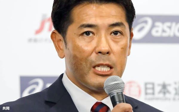 アジアプロ野球チャンピオンシップの会見で、報道陣の質問に答える日本代表の稲葉監督(11日、東京都内のホテル)=共同