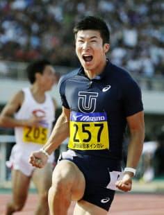 日本学生対校陸上100メートル決勝で9秒98をマークし喜ぶ桐生=共同