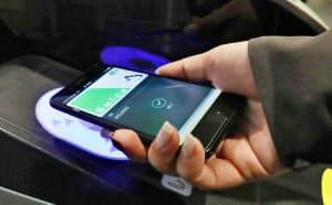 新型iPhoneでは、現行のSuicaの機能を訪日外国人も利用できるようになる見通し